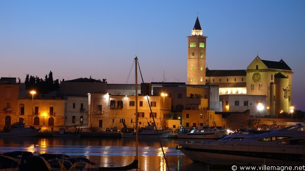 Le port de Trani, dominé par le clocher de la cathédrale